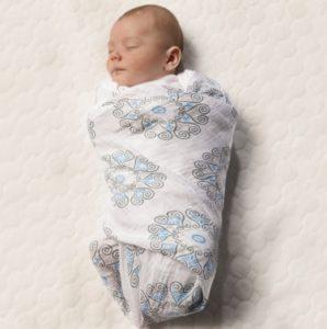повиване на бебе с пелена